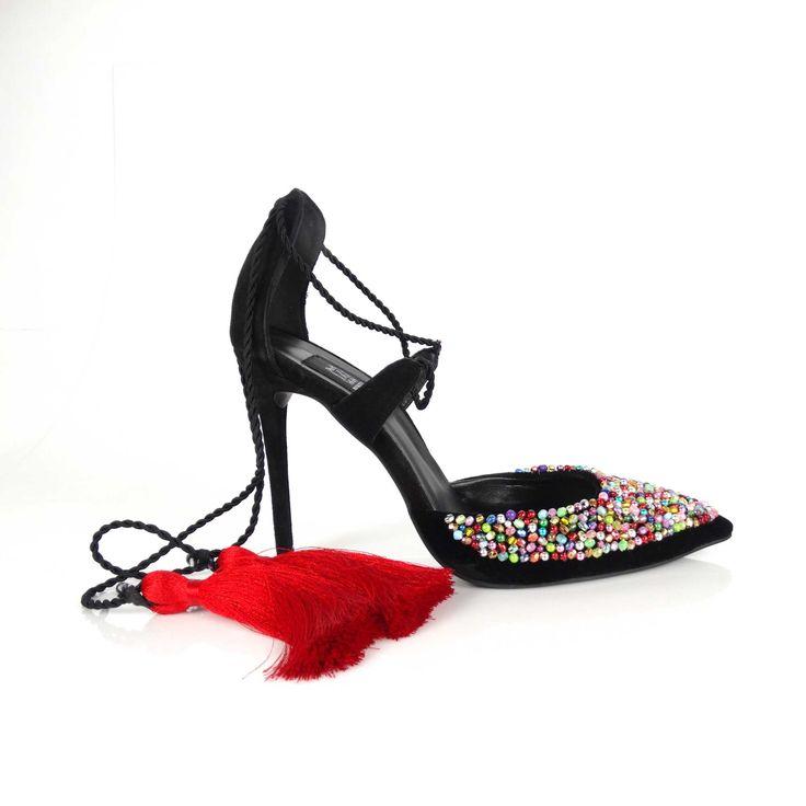 Pantofii de damă Mineli Rina sunt realizați din piele naturală camoscio, stilizatî cu margele cusute manual fir cu fir și ciucuri din matase naturală. Accesorizează-ți ținuta cu ajutorul acestei piese statement!