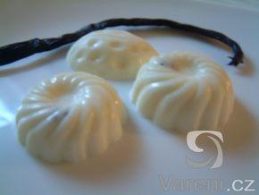 Domácí výroba bílé čokolády. Chutná dobře samotná, ale je vhodná i ke zdobení cukroví.