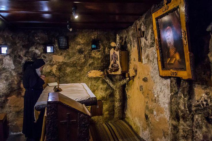 Wnętrze domu rodzinnego św. Charbela, dziś przekształconego na kapliczkę.