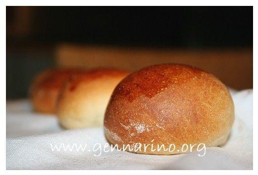 Dei panini come tanti, certo. Ma questi, profumano di arance e di miele. E che fate? non li provate? :) Panini semidolci ricetta al miele e succo di arancia http://www.gennarino.org/wordpress2/panini-semidolci-ricetta/