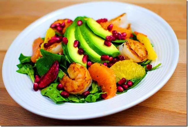 Avokadolu Narlı Karides Salata Tarifi:  1 adet göbek salata  1 adet kanlı greyfurt  2 su bardağı haşlanmış karides  2 yemek nar 1 adet avokado Göbek salatayı yıkayıp doğrayın. Suyunu iyice süzün, salata tabağına yerleştirip üzerine haşlanmış karidesleri ve avokadoyu koyun. Dış zarı soyulmuş greyfurtu yaprakların üzerine dağıtın. Sosu servis yaparken salatanın üzerine dökün.  Bir kapta limon, zeytinyağı ve tuzu çırpın.