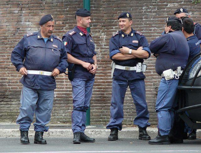 Italia police polizia italia italian 39 s in uniform for Polizia di stato roma permesso di soggiorno