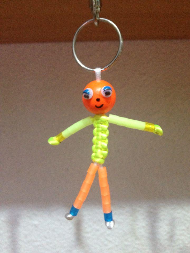 Muñeco hecho con tubito de hama beads