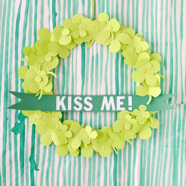Check out this St Patrick's Day Wreath St Patrick's Day Crafts, Holiday Crafts, Crafts For Kids, Holiday Decorations, Holiday Ideas, Diy St Patricks Day Decor, Paper Crafts, Diy Crafts, Diy Paper