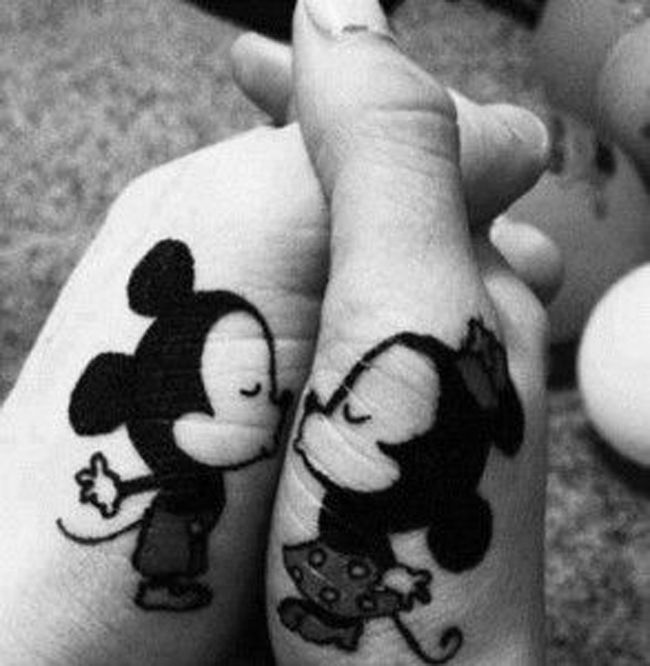 Joli tatouage complémentaire pour couple de Mickey et Minnie https://tattoo.egrafla.fr/2016/02/22/modele-tatouage-couple-identique/