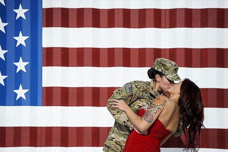 Un bacio contro ogni pregiudizio, inno all'amore che non conosce discriminazioni. E' quello tra la soldatessa Sabryna Schlagetter, appena tornata dalla sua missione in Afghanistan, e sua moglie Cheyenne Nicole. Un bacio travolgente con cui la coppia, riunita a Fort Carson, in Colorado, ha fatto gira