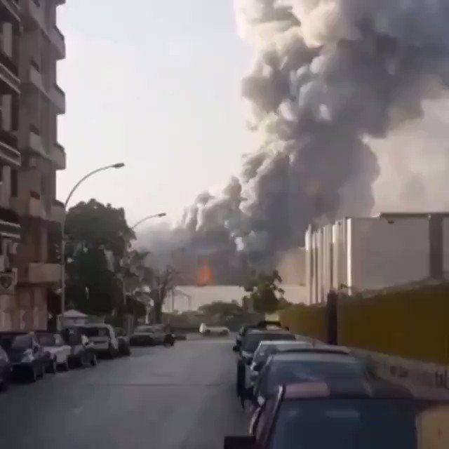 Daiki J S チェコ プラハ在住 On Twitter レバノン ベイルートの爆発 現在 73名が死亡 負傷者は4000名以上 これ撮影者さすがに安全だと思って撮影してただろうな 俺もこんなに離れてたら同じ行動してると思う まさか戦争以外の火事でここまで爆発するとは思わ