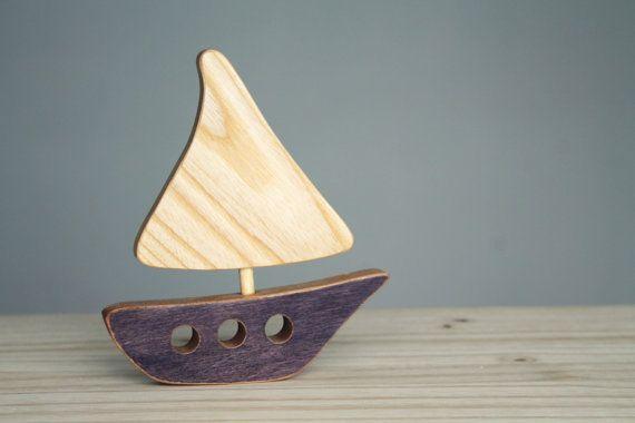 Dieses kleine Boot aus Holz Recycling natürlichen Flügel Enjolivera die Handelskammer für Ihre winzigen, in ihm ein Seeluft und einem Vintage-Touch hinzufügen! Perfekt für Babys Zimmer, Spielhalle, eine Dusche oder Geburt oder sogar für ein Büro-Geschenk.  Dieses Factsheet ist für 1 Boot.  **********  Material: Recycelten Holz, ungiftigen Holz, Färben mit ungiftigen, fertigen Wasser Leinöl basierende Kleber.  Größe: 15 x 13 cm  Pflege: Waschen Sie, mit einem feuchten Tuch  Sicherheit: 3…