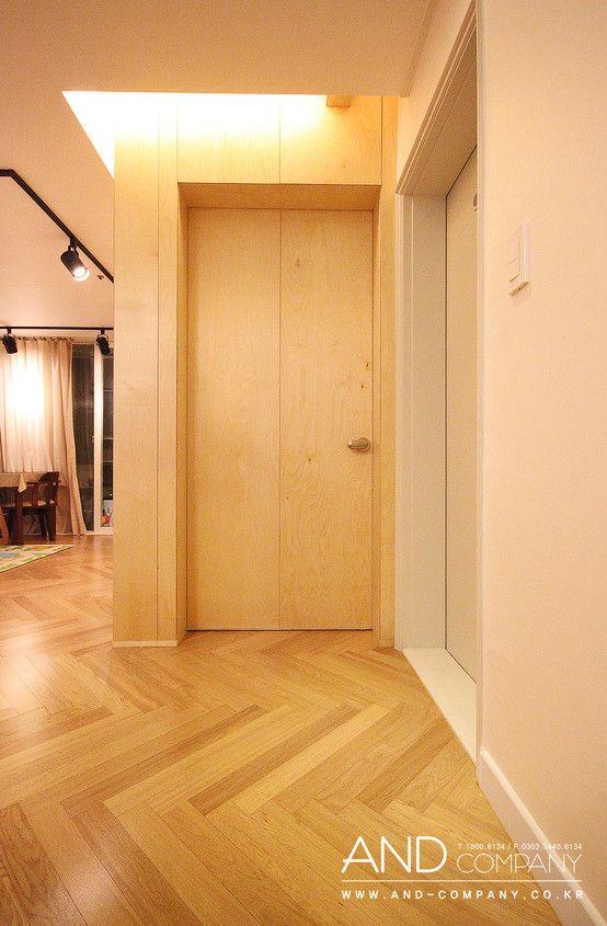 Drewniane drzwi. Zobacz więcej na:https://www.homify.pl/katalogi-inspiracji/39407/drzwi-wewnetrzne-nietypowe-rozwiazania