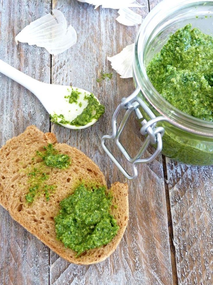 Pesto de mâche - Cuisimiam 0gr de salade de mâche 2 petites gousses d'ail 1 càs de graines de tournesol 1 càs de parmesan végétal 10 càs d'huile d'olive Une pincée de fleur de sel