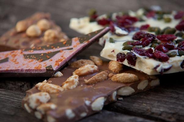 Kandierte Mandeln aus Kalifornien mit Schokolade von dem Inselstaat Vanuatu…..zusammengefügt in Bayern…eine Genuss Weltreise der Extraklasse!