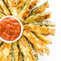 Crispy Parmesan Zucchini Fries (Carb baixo, sem glúten) - Essas batatas fritas de abobrinha sem glúten, baixo carboidrato têm um revestimento crocante de parmesão.