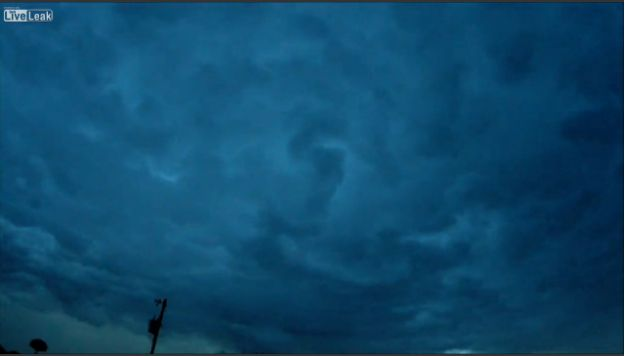 Tornado formandose en el cielo