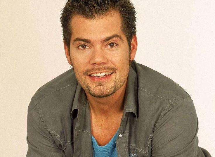 """Es war an seinem Geburtstag und an den erinnert sich Daniel Fehlow noch heute gerne: Am 21.02.1996 stand Deutschlands TV-Womanizer Nummer 1 das erste Mal als """"Leon Moreno"""" für RTL vor den GZSZ-Kameras. Seit dem gehört er zu den absoluten Lieblingen bei """"Gute Zeiten, schlechte Zeiten"""". Eigentlich wollte der 41-Jährige jedoch Medizin studieren und Chirurg werden. Seine Eltern hatten ihn schließlich zu der Rolle in der erfolgreichen Daily überredet."""