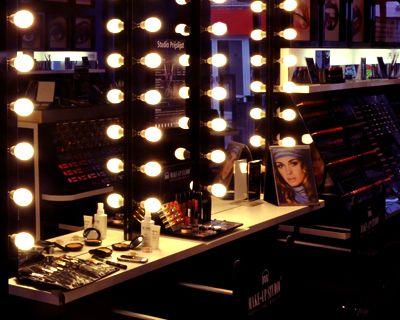 Make-up Workshops: Professionele make-up workshops & advies die net een stapje verder gaan professionele make-up workshop De medewerkers van Make-up Studio bestaan uit speciaal getrainde visagisten die je graag persoonlijk make-up advies geven.