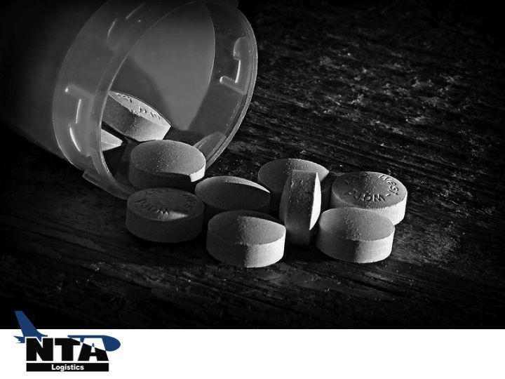 Muchas empresas farmacéuticas multinacionales, están transformando estratégicamente su cadena de suministro, para generar mayores ingresos y ganancias. TRANSPORTE LOGÍSTICO DE MEDICAMENTOS. Esto significa producir y suministrar fármacos de manera eficiente, para satisfacer las necesidades de diversos segmentos del mercado a través de costos competitivos. En NTA Logistics, somos expertos en manejo y distribución de medicamentos. #logisticafarmaceutica www.ntalogistics.net