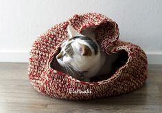 Gehaakte kattenslaapzak. Mijn katten vinden het heerlijk, die van jou waarschijnlijk ook.  Download het gratis patroon : http://elshaakt.nl/ontwerp/kattenslaapzak