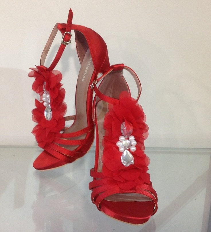 The silhouette of these red sandals is supremely elegant. Pretty petals & pearls sparkle as you walk. Tonal looks are the talk of the season, so we say wear yours with scarlet pants.