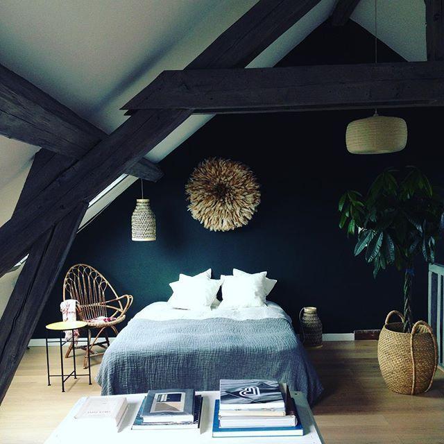 Une chambre cosy: une couleur forte et apaisante, des matières naturelles, une lumière douce