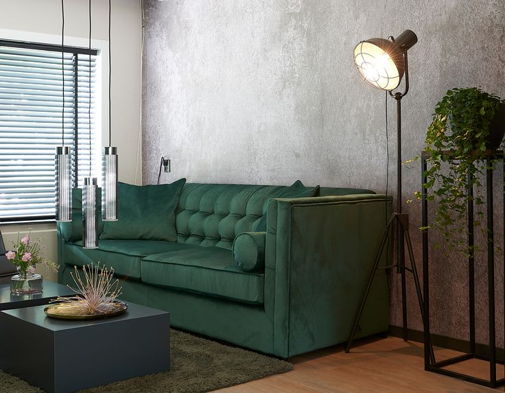 ROFRA Home - Vloerlamp Guara is altijd een prachtige vloerlamp om naar te kijken. Overdag als het licht genoeg is, kan je genieten van het design. Op het moment dat de woonkamer dan in het donker verlicht wordt met deze vloerlamp is er eveneens sprake van een schitterende uitstraling. De lamp heeft door het ontwerp en metaal als materiaal een industriële en stoere look. Dat past perfect in uw moderne interieur.