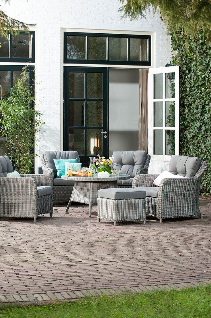 Ultiem genieten van je tuin met de loungeset Denia van Le Sud. Deze heerlijke loungestoelen sieren je tuin op en zorgen ervoor dat je in de zomer heerlijk buiten kunt zitten. Combineer de stoelen met de tuintafel en hocker van Le Sud om een complete tuinset samen te stellen.