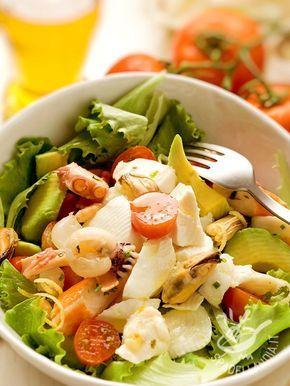 L'Insalata fantasia di mare, preparata con merluzzo, seppie, cozze e polpa di granchio e arricchita dall'avocado: una super insalatona gustosissima!
