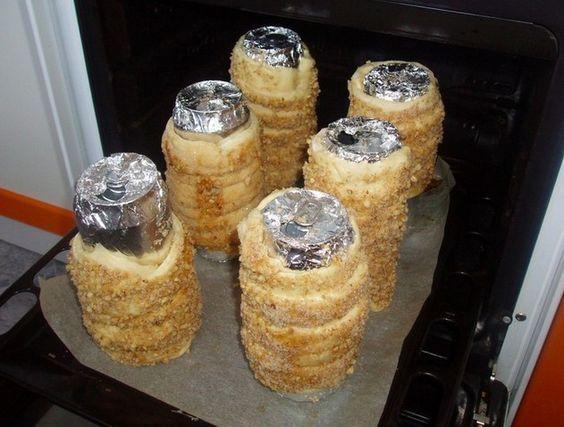 Máte rádi trdelníky, ale nemáte doma klasické trubičky, na které se natáčí těsto? Nezoufejte, trubičky si vyrobíte z plechovek od piva a příprava se může začít.