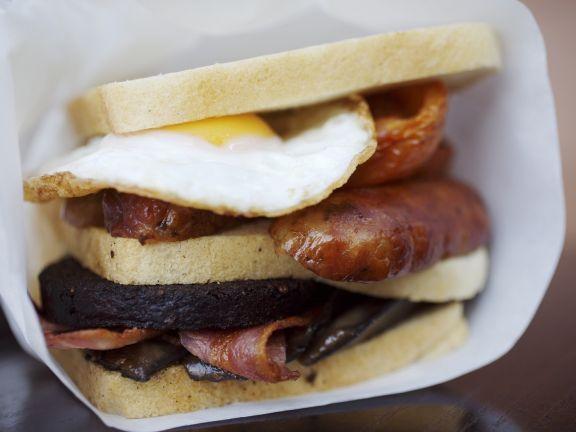 Sandwich mit englischem Frühstücks-Belag ist ein Rezept mit frischen Zutaten aus der Kategorie Spiegelei. Probieren Sie dieses und weitere Rezepte von EAT SMARTER!