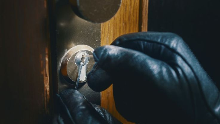 De meeste inbraken worden gedaan via de achterdeur. Inbrekers hanteren verschillende methodes om uw huis binnen te dringen.