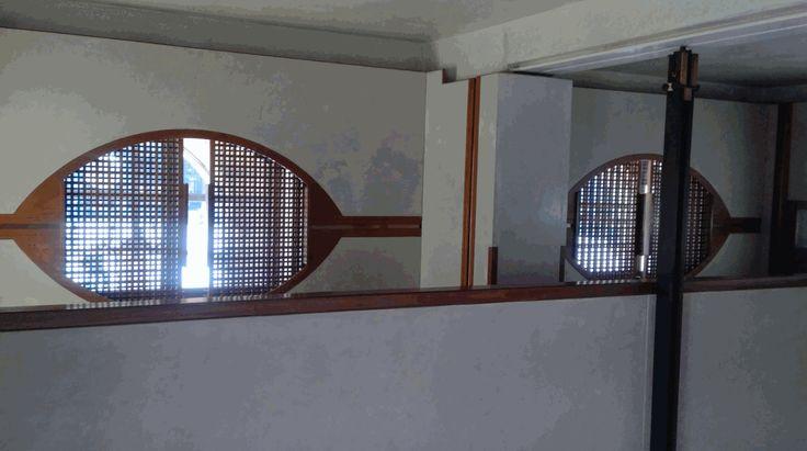 Soluzione originale per le finestre nel negozio Olivetti come da disegno di Carlo Scarpa, ma non è finita qui, scopri di più bit.ly/olivettivenezia