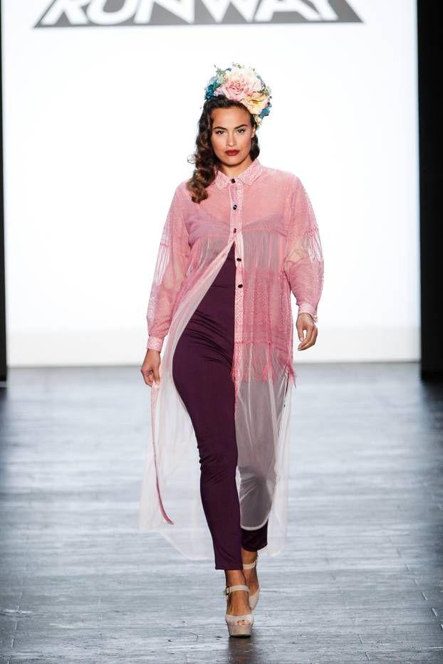 Модные бордового цвета брюки 2017 для полных с прозрачной длузкой блузкой кардиганом – фото обзор.