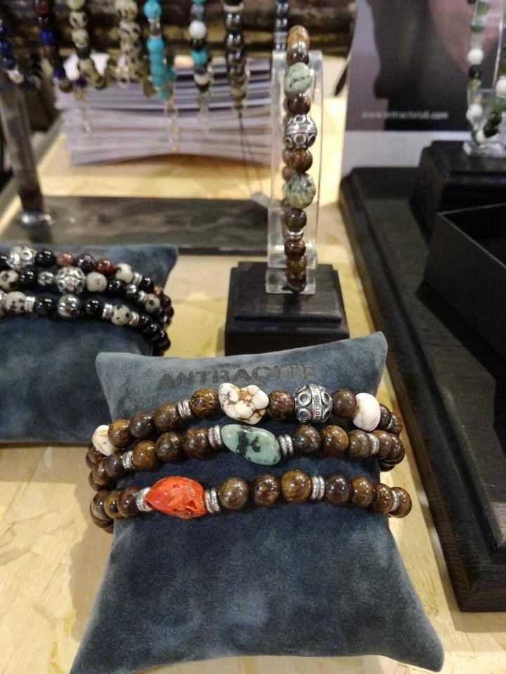 I gioielli di Antracite sono realizzati con pietre dure, e ricordano lo stile tibetano. Piccole sfere colorate, infilate non in elastici, come molti bracciali che potrete trovare in commercio, ma in cavetti di acciaio inossidabile giapponese.