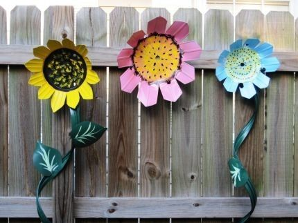 Yard Art from Recycled Plastic Pots---- I need to make some of these for my fence!