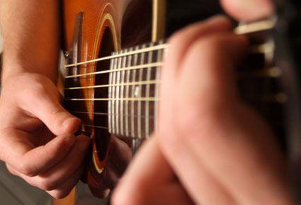 Description du cours en ligne Cours de Guitare Débutant Ce cours est tiré de la Méthode Coup de Pouce Guitare Volume 1. Ce cours est composé de différentes chansons de bob Marley, Cabrel, De Palmas, Bobn Dylan; Oasis, Souchon, Renaud, Police...