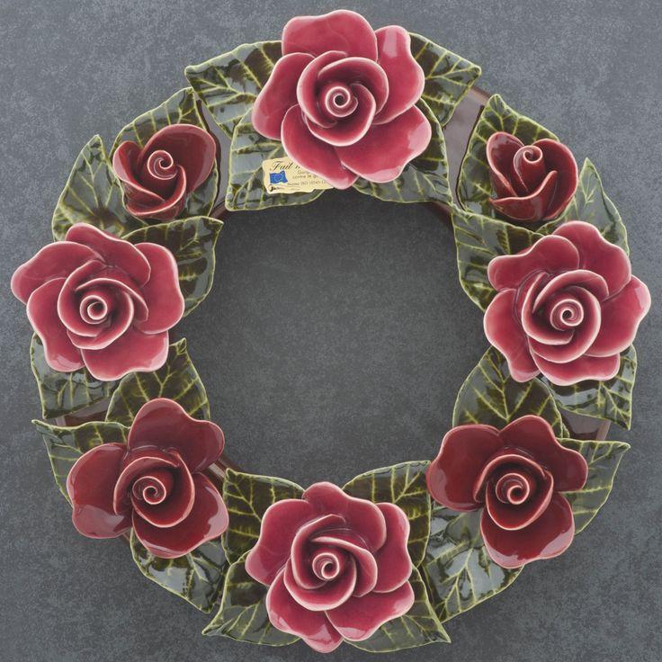 Ceramic wreath decorated with red roses (30cm). High quality and resistant to frost. Handmade in France. Krans van keramiek met rode rozen (30cm). Hoge kwaliteit en bestand tegen vorst. Handgemaakt in Frankrijk. #keramiekvoorbuiten