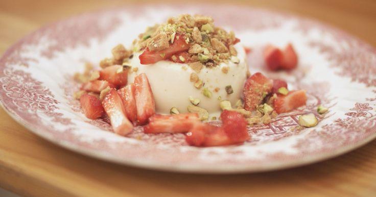 De Italiaanse 'panna cotta' of 'gekookte room' is een dessert dat eenvoudig te bereiden is, en tegelijk presenteert het als een bordje luxe. Jeroen verwerkt er witte chocolade in.De verse aardbeien zorgen voor een knalrode zomerse smaak en pistachenootjes met kruimels van oma's favoriete boterwafeltjes maken het dessert tegelijk ook krokant. Alles samen staat garant voor een bordje puur genot.extra materiaal:vormpjes of glazen voor panna cotta
