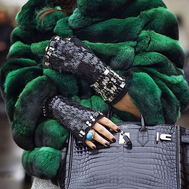 Где покупать туфли Chanel из 1960-х, шубы Celine и раритет от Dior: 6 секретных мест для винтажного шопинга в Париже по ссылке в профиле. 🌐 (ph: @vintage_voyage)