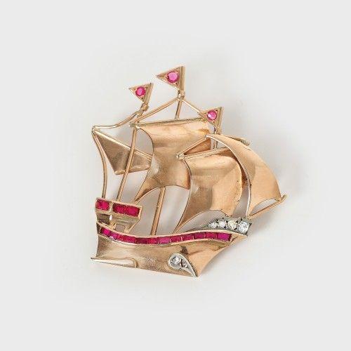 Broșă-corabie din aur, decorată cu rubine și diamante Sec. XX, Atelier European aur galben 18 k, 6 diamante cu tăietură briliant cca. 0,10 ct total, 3 rubine cu tăietură briliant și 16 rubine cu tăietură baghetă cca. 0,23 ct total; diamante culoare I-J, claritate I1-SI2, rubine culoare roșu mediu închis, 5 x 5 cm, 11,4 g Valoare estimativă: € 550 - 750