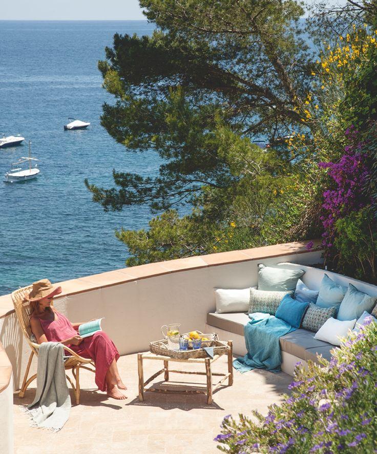 Postal de verano. En la terraza, muebles de obra y de bambú crean un rincón para leer hasta el anochecer con la brisa fresca del Mediterráneo.