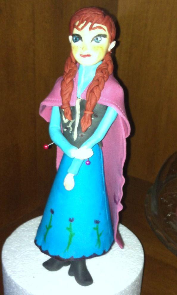 """Personaggio """"Frozen"""" realizzato da Silly Anna. Clicca e scarica la App gratuita per Android e invia la foto della tua torta. 150 tutorials di cake design gratuiti sul tuo smartphone."""
