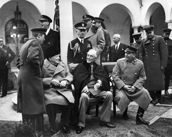 Премьер-министр Великобритании Уинстон Черчилль, президент США Франклин Рузвельт и маршал Советского Союза Иосиф Сталин во время Ялтинской конференции, 1945 год