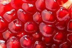 Beneficios de incorporar la granada en nuestra dieta Es una fruta originaria de Asia, con una historia tan antigua como rica. Ya en la época de Hipócrates, por ejemplo, se utilizaba para bajar la fiebre.