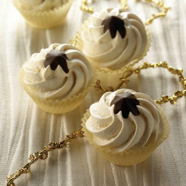 Chocosoezen, voor 1 ProPoint per stuk, dus dat mag best! #WeightWatchers #WWrecept  0 g Kristalsuiker     1 zakje(s) Vanillesuiker       2 stuk(s) Ei, (eiwit)     1 koffielepel(s) Citroensap     50 g Nougat     50 g Chocolade, puur    Instructies
