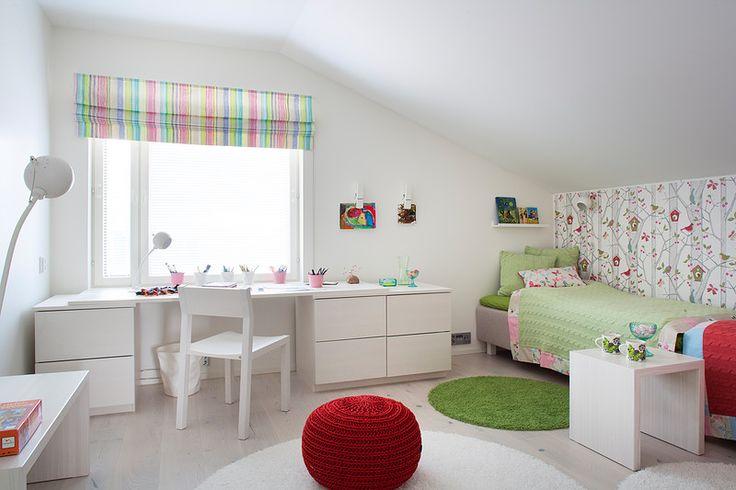 Makuuhuoneen ilmeikkäät ja inspiroivat sisustustekstiilit ovat sävyltään lempeitä. Ball- seinävalaisin sopii veikeästi tapetin puunrunko-kuosiin.  - Marianne Sundell, Archonplan