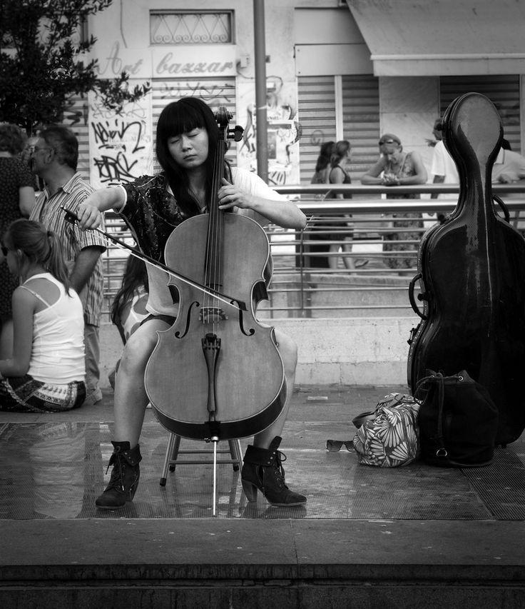 Artista de rua toca sua música na Praça Sintagma, Atenas, Grécia.  Fotografia: Amr Soliman no Flickr.