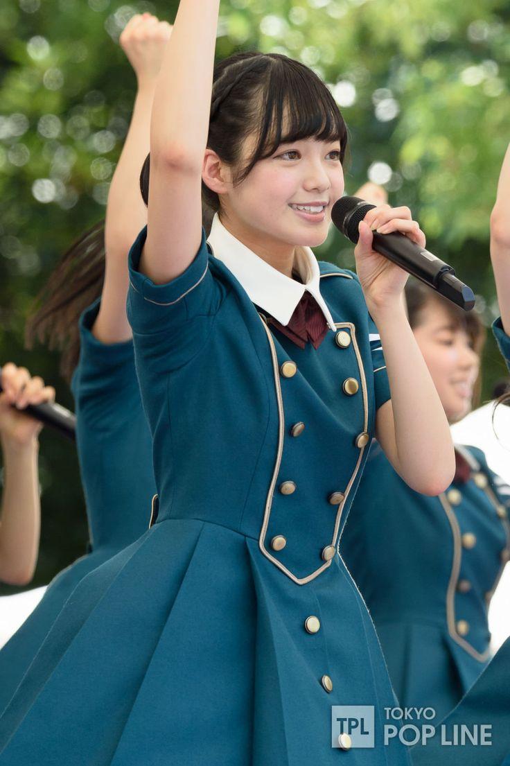"""アイドルグループ・欅坂46が6日、東京・台場、青海地区で開催中のアイドルイベント「TOKYO IDOL FESTIVAL 2016」(以下、TIF)に出演。30度を超える炎天下でフレッシュなパフォーマンスを披露した。 欅坂46は湾岸スタジオ横の公園に設けられた""""SMILE GARDEN""""に登場。 女性アーティストのデビューシングル初週売上記録を塗り替えた「サイレントマジョリティー」でライブをスタートすると、会場は早くもヒートアップ。 MCでは菅井友香が「水分補給しっかりしてくださいね」とファンを気遣いつつ、「私たち欅坂46はまだ結成して1年が経っていない新人なんですけど、こんなに大きな規模のアイドルフェスティバルに出演させていただけて、とっても光栄です。私たちと一緒にいっぱい汗かきましょうね〜!」と呼びかけ、観客を沸かせた。…"""