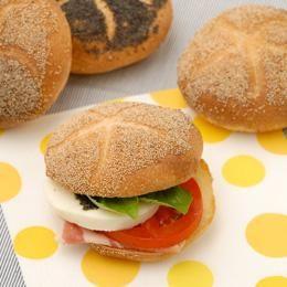 サクッと口溶けのよい生地と、けしの粒のプチプチ食感がたまらない『カイザーゼンメル』。  そのまま食べてももちろんおいしいですが、横半分にカットしてお好みの具材をはさみ、サンドイッチにして食べるのもおすすめです。