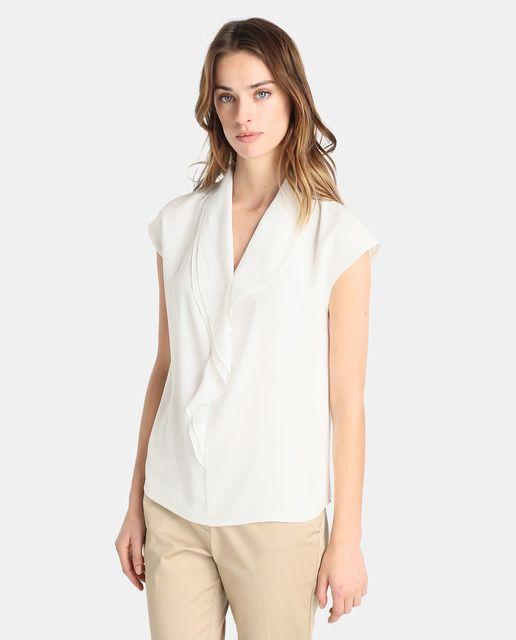Blusa en color blanco crudo, de manga corta y escote en pico con volante.