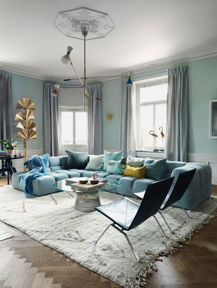Fabelaktig fargepalett Fabelaktig fargepalett David og Charlotta Zetterström bor i en storslått leilighet fra 1898, midt i Stockholm.  Det mest karakteristiske ved stockholmsleiligheten er fargepaletten: Ulike turkis-, blå- og grønnfarger, samt nyanser av rosa og aprikos, pryder både vegger og interiør. I tillegg er Charlotta og David eksperter i å kombinere vintagedesign med moderne møbler.   I stuen står sofaen Tufty Time, designet av Patricia Urquiola for B&B Italia i 2005, sammen med…