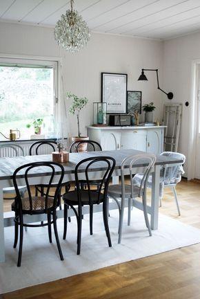 """I somras köpte vi ett nytt matsalsbord på Blocket som jag slipat, betsat och målat. Det är ett klassiskt bord imassiv björkfrån Ikea, nämligen """"Norden"""" och blir en bit över 2½ meter långt med…"""
